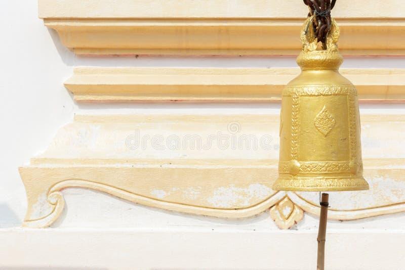 Gammal mässingsbuddistisk klocka i tempel. arkivbild