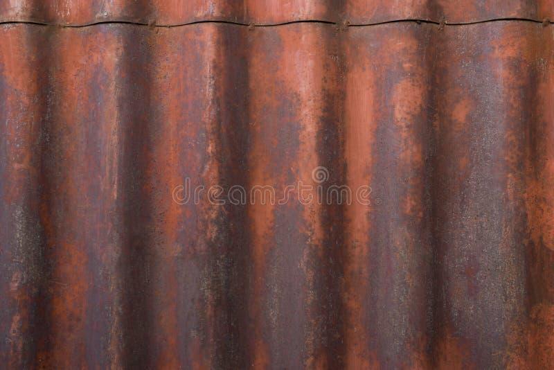 Gammal målad textur av den rostiga metallväggen arkivbilder