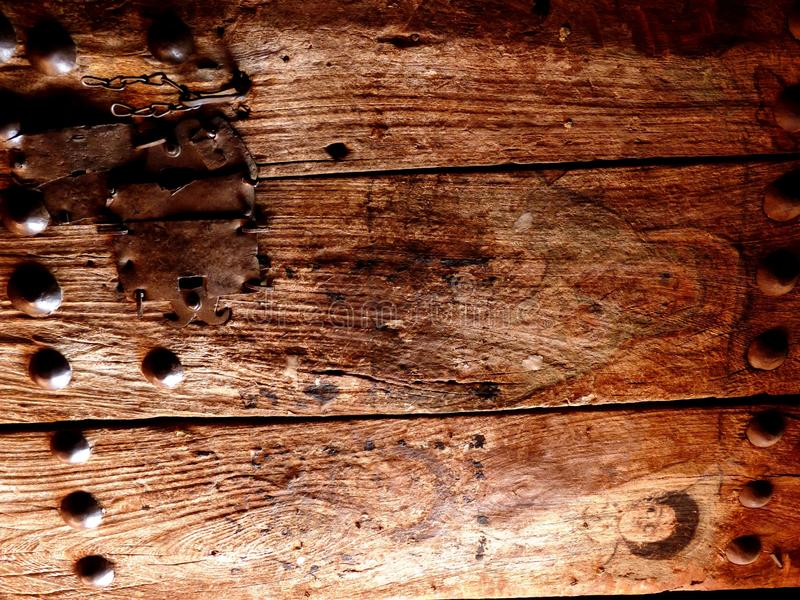 Gammal målad träkyrklig dörr royaltyfri bild