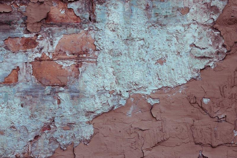 gammal m?larf?rgskalningsv?gg Abstrakt closeup av den bruna förstörda väggen Konkret stuckatur för rosa cement Orange och blå stu arkivfoton