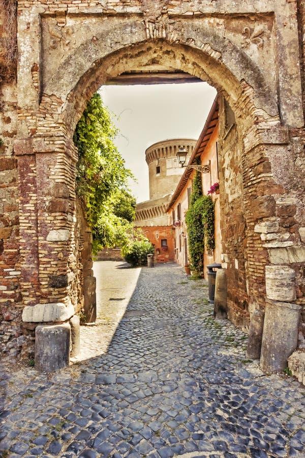 Gammal maingate till den medeltida byn av Ostia Antica - Rome royaltyfri foto