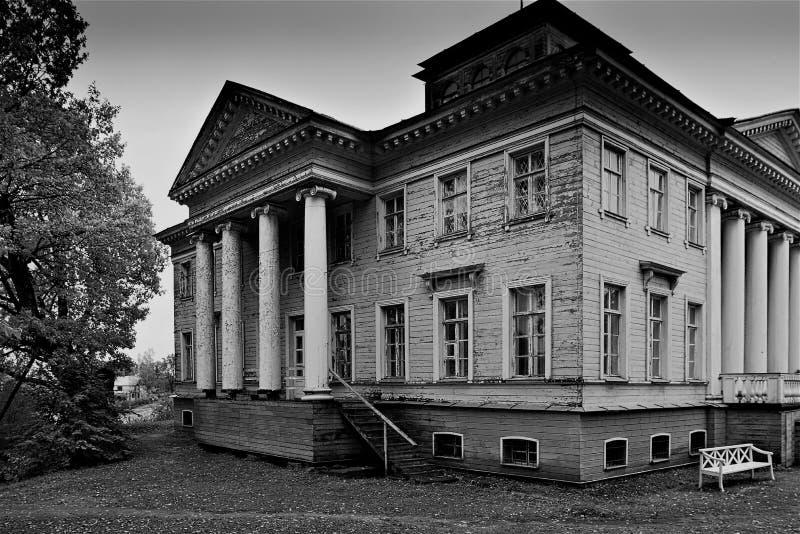 Gammal mangårdsbyggnad nära Gatchina, som den berömda författaren Nabokov spenderade i hans barndom royaltyfri bild