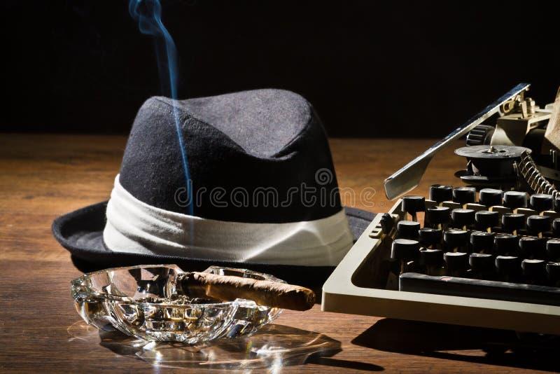 Gammal manuell skrivmaskinscigarr och hatt royaltyfri bild