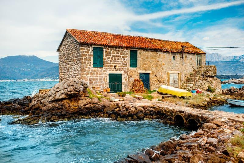 Gammal marina med det ensamma huset royaltyfria foton