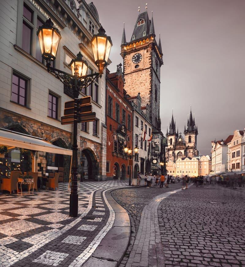 Gammal marknadsfyrkant i Prague i aftonen royaltyfria foton