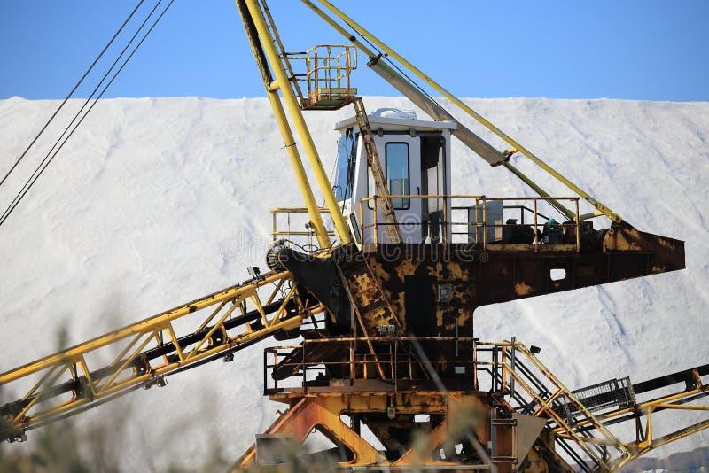 Gammal maskin för utdragning av havet som är salt i en saltdam i Camarguen arkivbilder
