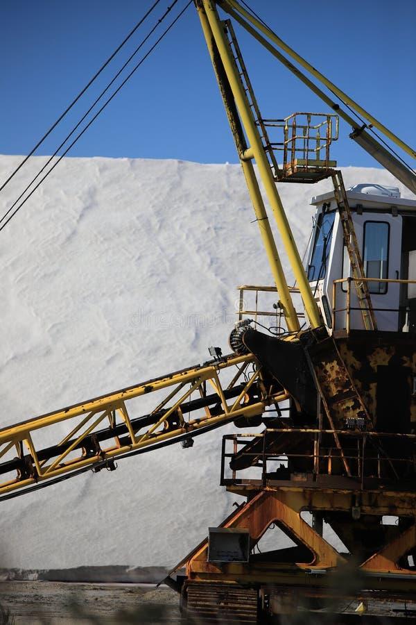 Gammal maskin för utdragning av havet som är salt i en saltdam i Camarguen fotografering för bildbyråer