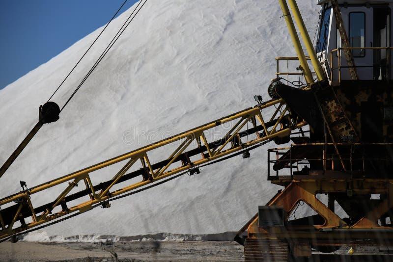 Gammal maskin för utdragning av havet som är salt i en saltdam i Camarguen royaltyfri fotografi