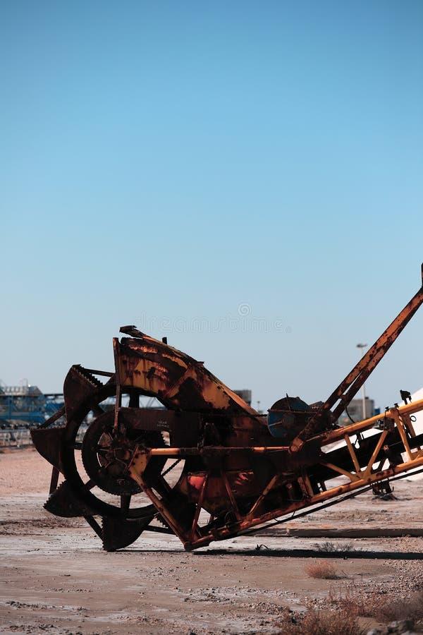 Gammal maskin för utdragning av havet som är salt i en saltdam i Camarguen arkivfoton
