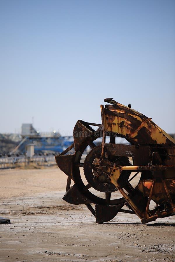 Gammal maskin för utdragning av havet som är salt i en saltdam i Camarguen royaltyfria foton