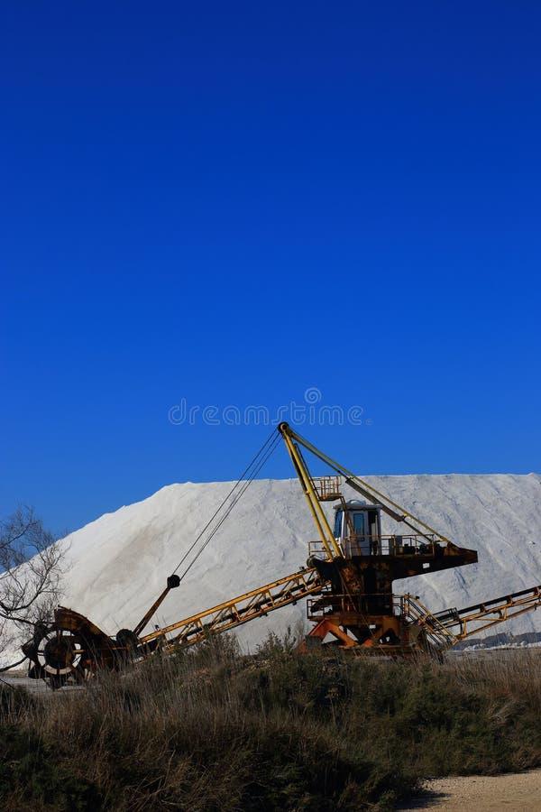 Gammal maskin för utdragning av havet som är salt i en saltdam i Camarguen royaltyfri foto