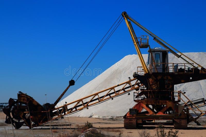Gammal maskin för utdragning av havet som är salt i en saltdam i Camarguen arkivfoto