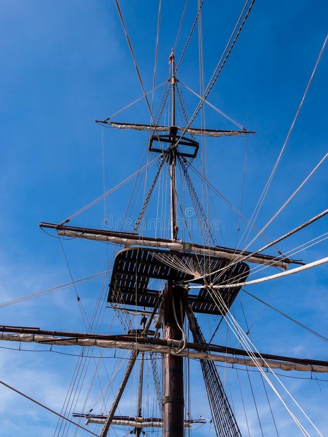 Gammal mast och riggning för seglingskepp royaltyfria foton
