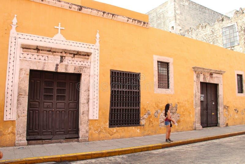 Gammal mayan byggnad med den gula väggen i Merida royaltyfri bild