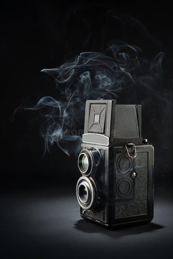 Gammal medelformatkamera på svart royaltyfria bilder