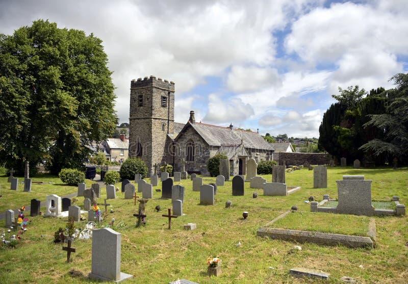 Gammal medeltida engelskakyrka och kyrkogård royaltyfri fotografi