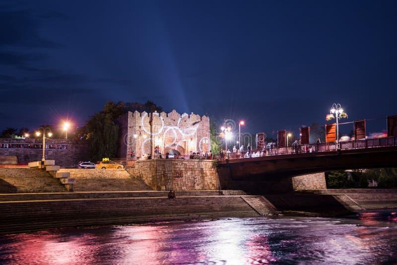 Gammal medeltida fästning och färgrik flod och bro på filmfestival royaltyfri foto