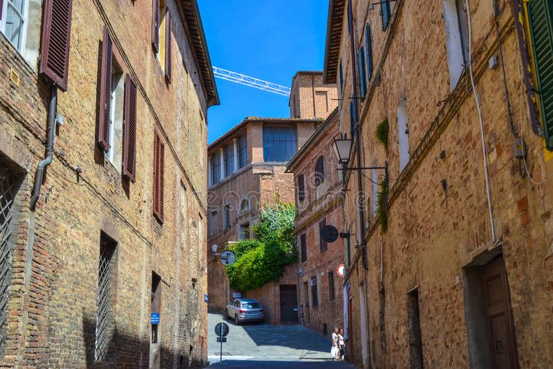 Gammal medeltida gata i mitt av Siena, Italien royaltyfria foton