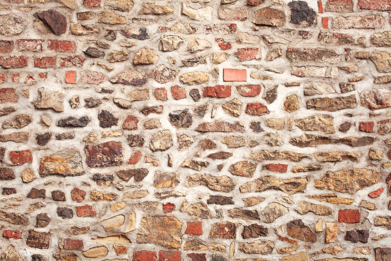 Gammal medeltida vägg för sten och för tegelsten fotografering för bildbyråer