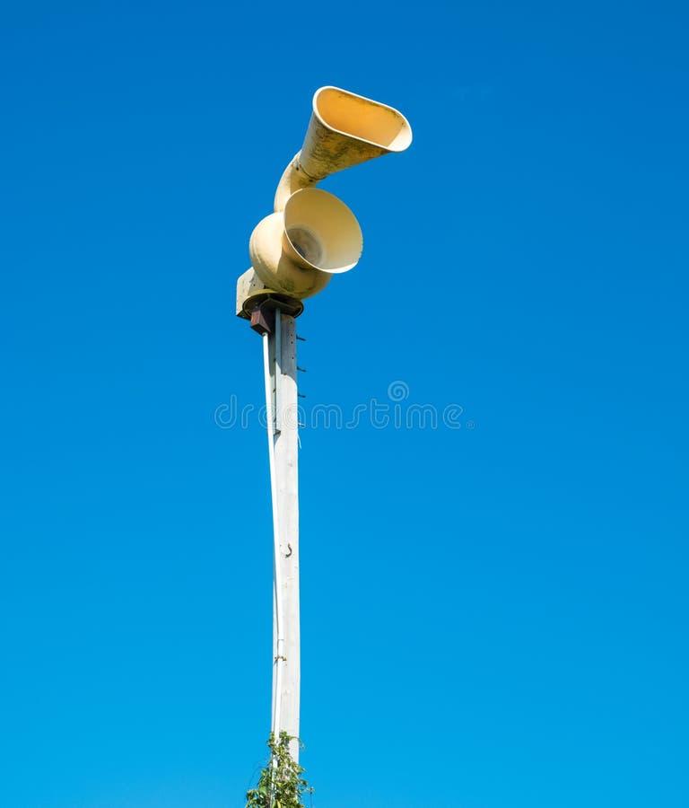 Gammal mekanisk siren för borgerligt försvar, också som är bekant som flygrädsiren royaltyfria foton