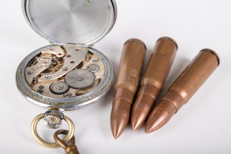 Gammal mekanism och ammunitionar för parallell klocka Funktionslägen och mekanism av precisionmekanismen royaltyfri fotografi