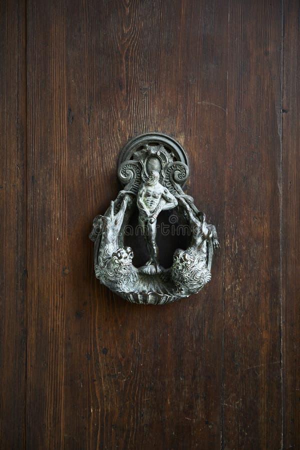 Gammal metall för dörrknackare arkivfoton