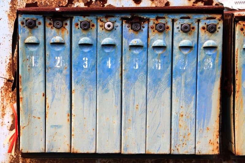 Gammal metall rostade brevlådor fotografering för bildbyråer