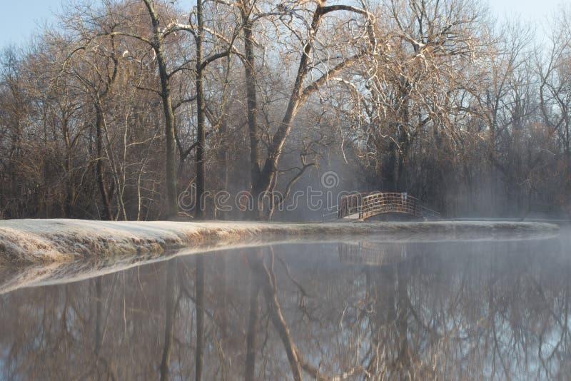 Gammal metallbro i avståndet royaltyfria bilder