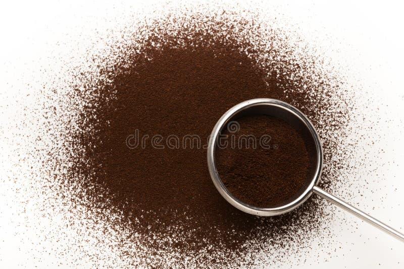 Gammal metallskopa med jordning grillat kaffe royaltyfri bild