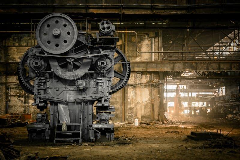 Gammal metallurgical firma som väntar på en rivning