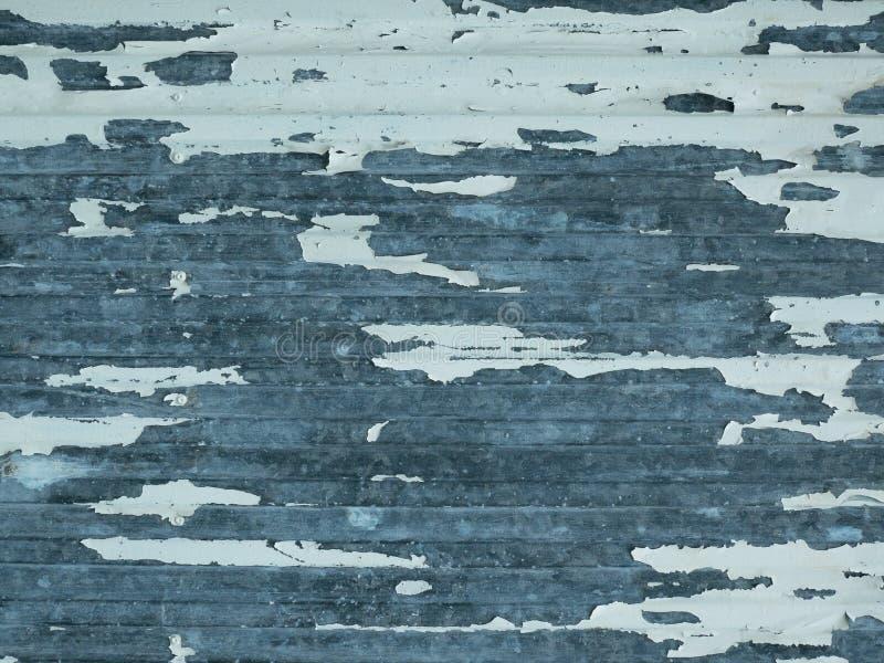 Gammal metallyttersida med skalning av vit målarfärg och att rida ut royaltyfria foton