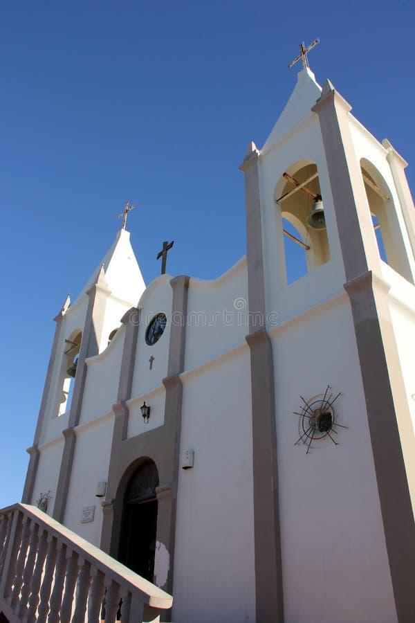 Gammal mexikankyrka mot den ljusa blåa himlen, Puerto Penasco, Mexico royaltyfri bild