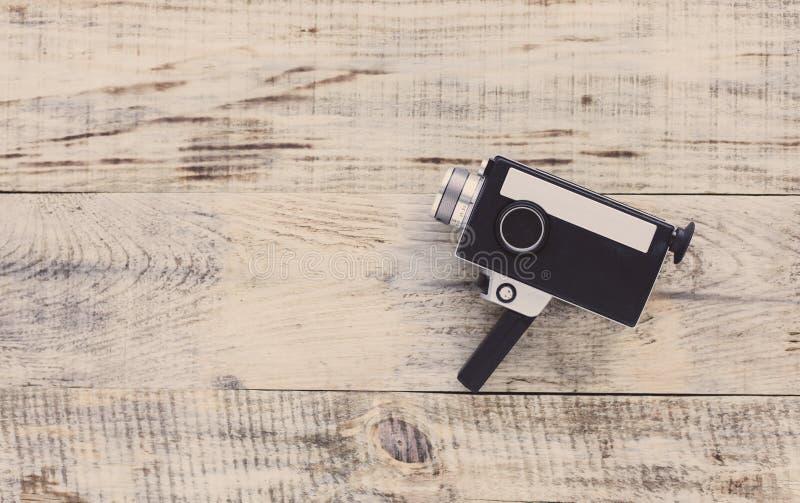 Gammal 8mm filmkamera för klassisk tappning på gamla träbräden Santa Claus med påsen av gåvorna Bästa sikt med kopieringsutrymme  royaltyfria foton