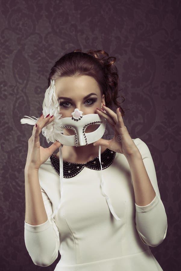 Gammal modeflicka i karnevalmaskering royaltyfria foton