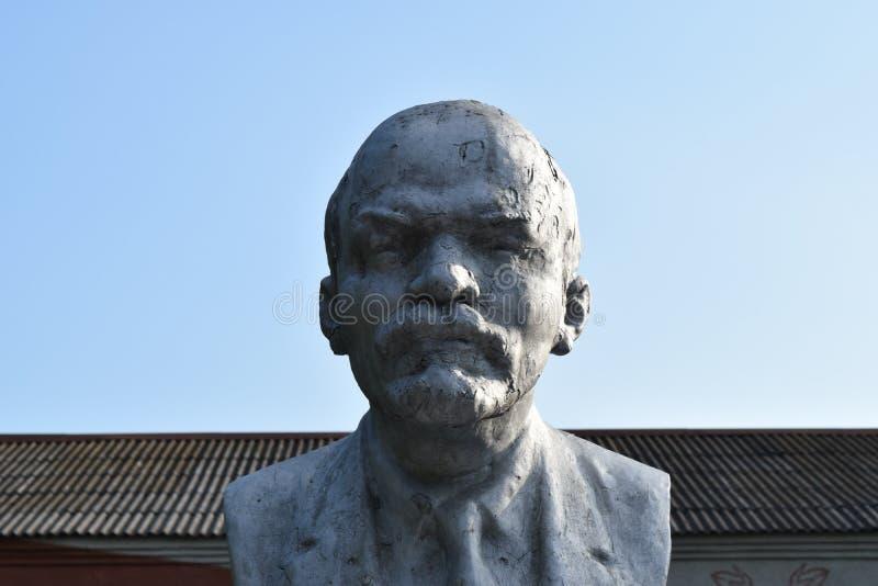 Gammal monument till Lenin royaltyfri fotografi