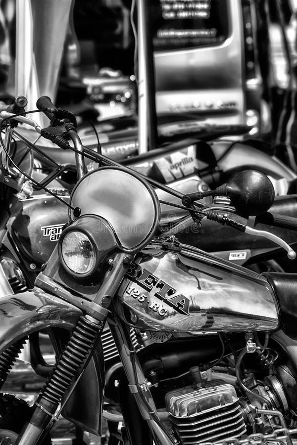 Gammal motocross i en EXPONERING I SOMMAR 2018 för SAPORI E MOTORI FANO arkivbild