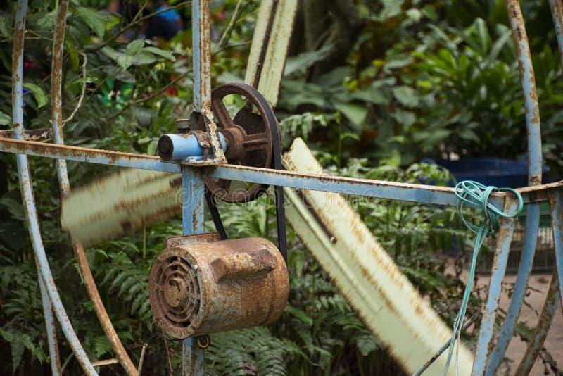 Gammal motor och stor stålfan på utomhus- för att blåsa som är kallt ner till handelsresandefolk i fruktträdgårdträdgård arkivfoton