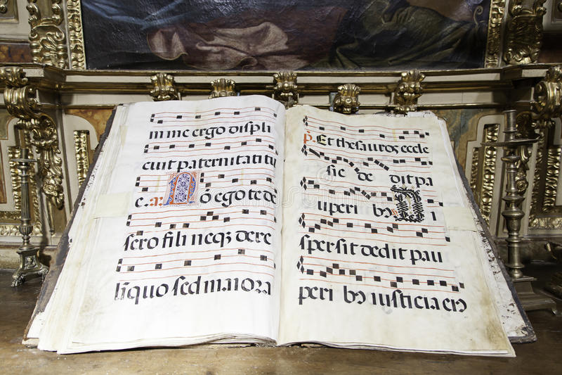 Gammal musikbok i en kyrka royaltyfri foto