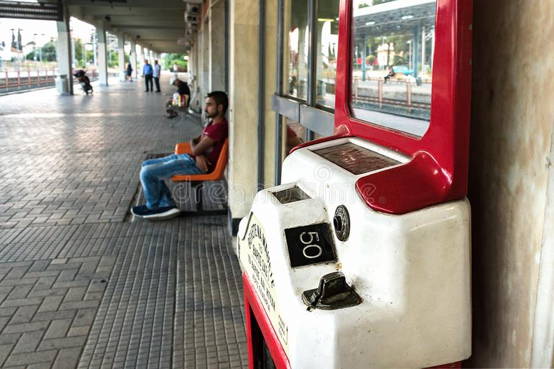 Gammal myntviktskala på den Larissa Train Station plattformen arkivfoton