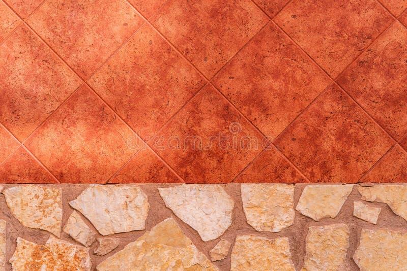 Gammal naturlig stenvägg, fototextur och röda tegelplattagolvtegelplattor royaltyfri fotografi