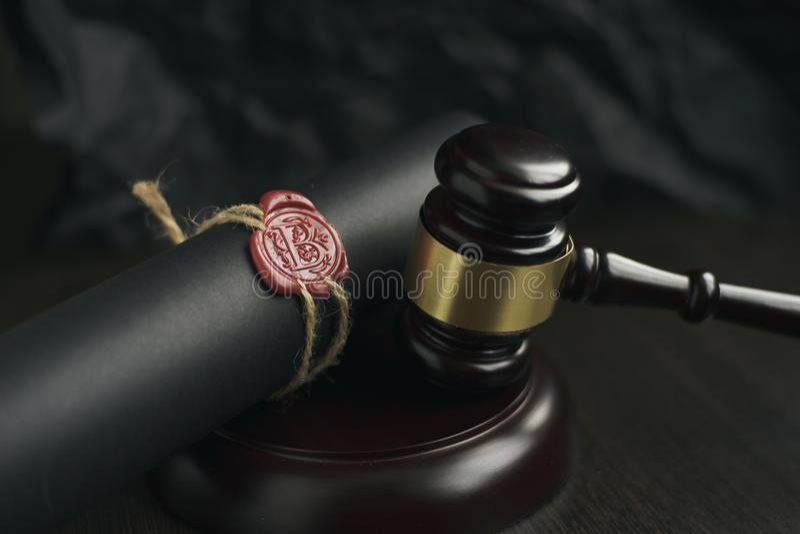 Gammal notarie- vaxskyddsremsa och stämpel på den juridiska tabellen royaltyfri foto