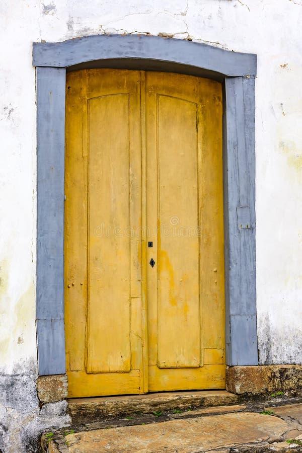 Gammal och åldrig historisk kyrklig dörr från väldeeran i Brasilien arkivfoton