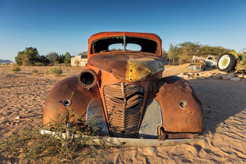Gammal och övergiven bil i öknen av Namibia solitaire Med det härliga ljuset av soluppgången royaltyfri fotografi