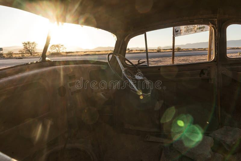 Gammal och övergiven bil i öknen av Namibia solitaire Med det härliga ljuset av soluppgången Insida beskådar royaltyfri foto