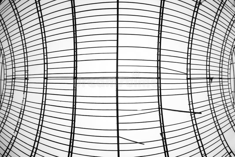 Gammal och övergiven hangarkonstruktion royaltyfri bild