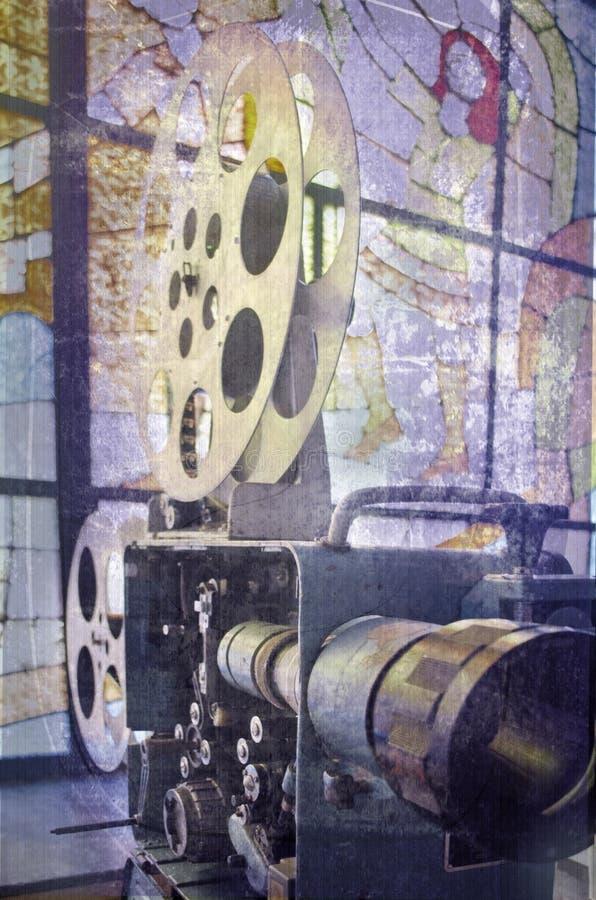 Gammal och antik kommersiell filmprojektor på en bakgrund av målat glass Mekanism av den åldriga teaterprojektorn royaltyfri fotografi