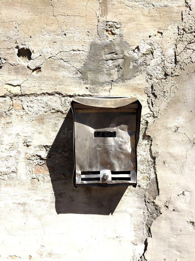 Gammal och förstörd postbox fotografering för bildbyråer