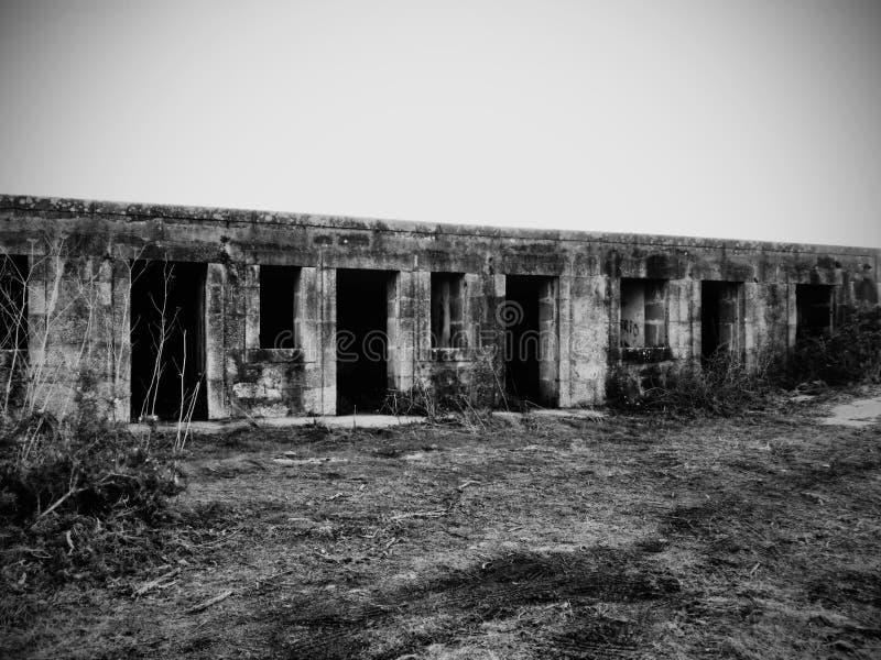 Gammal och illavarslande militär byggnad arkivbilder
