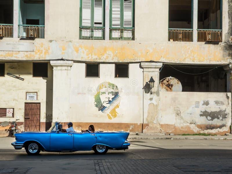 Gammal och klassisk bil för blått, i väg av gamla Havana Cuba och in royaltyfria bilder
