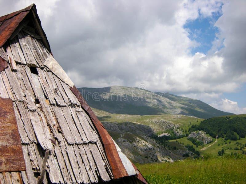 Gammal och lantlig kabin som är hög i bergen royaltyfri foto